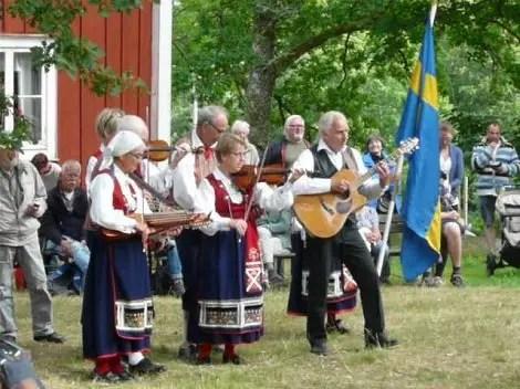 Los trajes tradicionales suecos para la gran fiesta de Midsommar