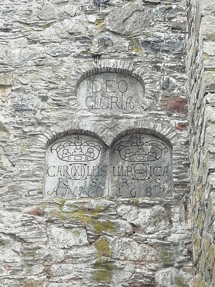 Svea y Pablo - Escudo conmemorativo del muro de refuerzo