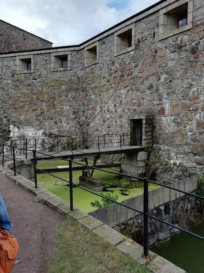 Svea y Pablo - Uno de los puentes levadizos para entrar en el patio de armas de la fortaleza de Carlsten