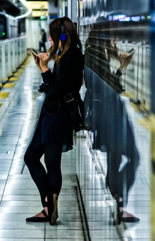 sinkdd-social-media-smartphone-user-japan-tokyo-girl-woman-lady-jr-train-station-eki-japanese-photgrapher_edited