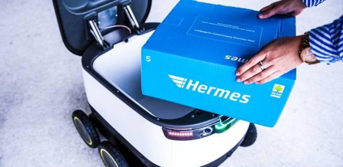Pressekonferenz des Logistikdienstleisters Hermes und dem Technologie-Unternehmen Starship am 03.08.2016 in Hamburg. Foto: Daniel Reinhardt/Hermes GmbH Hermes Delivery Bot Starship Technologies Wheels Robot Package Box Bringing Delivering