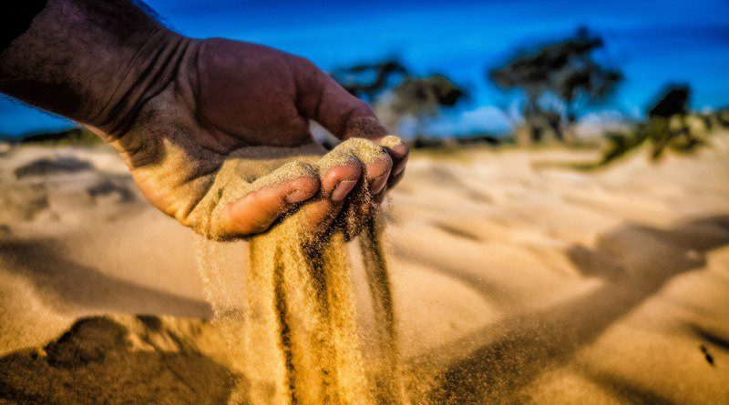 Counting the time Sand-in-Hand-Time-Running-Away-Desert-Photo-Closeup-Macro-ITSM-ITIL-Business-Article-Opinion-Methodology-CRM-Comparison