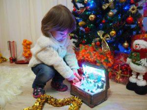 Am 31. Dezember um 12.00 Uhr in der Nacht laufen die Kinder zum Tannenbaum, um ihre Geschenke auszupacken.