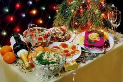 """Der Erbsen-Kartoffelsalat """"Olivje"""" und """"Hering im Pelzmantel"""" sind die beliebtesten Gerichte zu Silvester in Russland."""