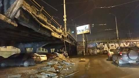 ВКиеве обрушилась часть Шулявского моста, через который проходит главная автомагистраль