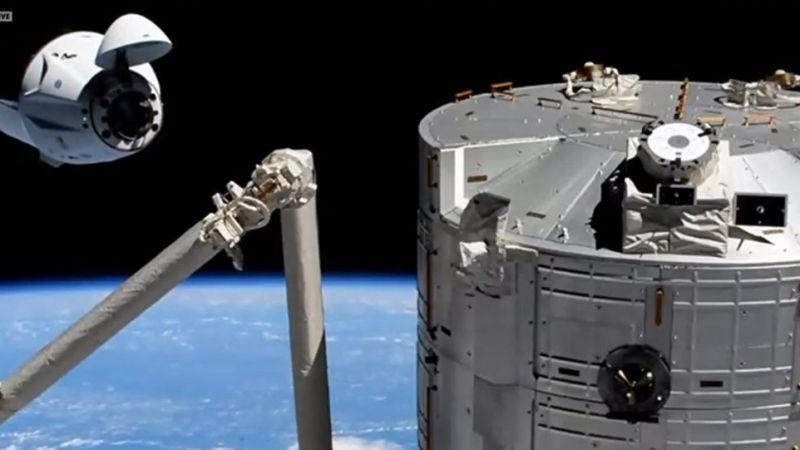Закрытие люка SpaceX Crew Dragon 'Resilience'