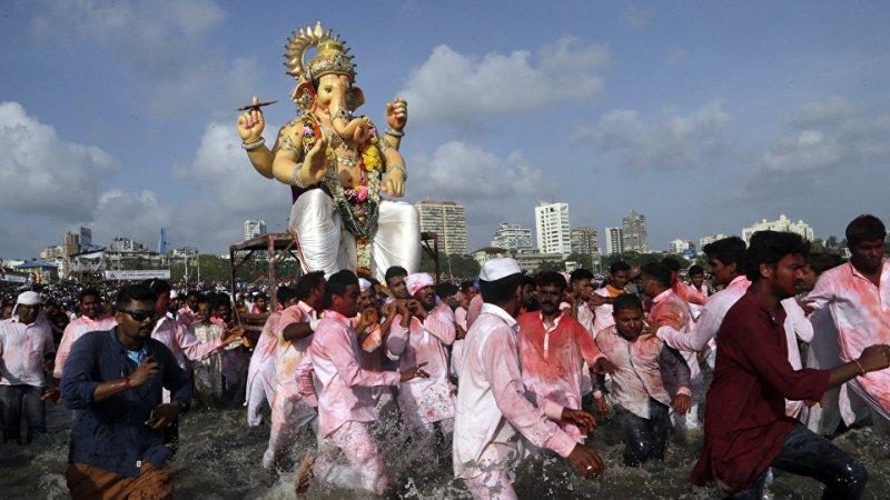 Высокий суд Дели выпустил официальное уведомление для Facebook и Instagram из-за наклеек с изображением индуистских богов