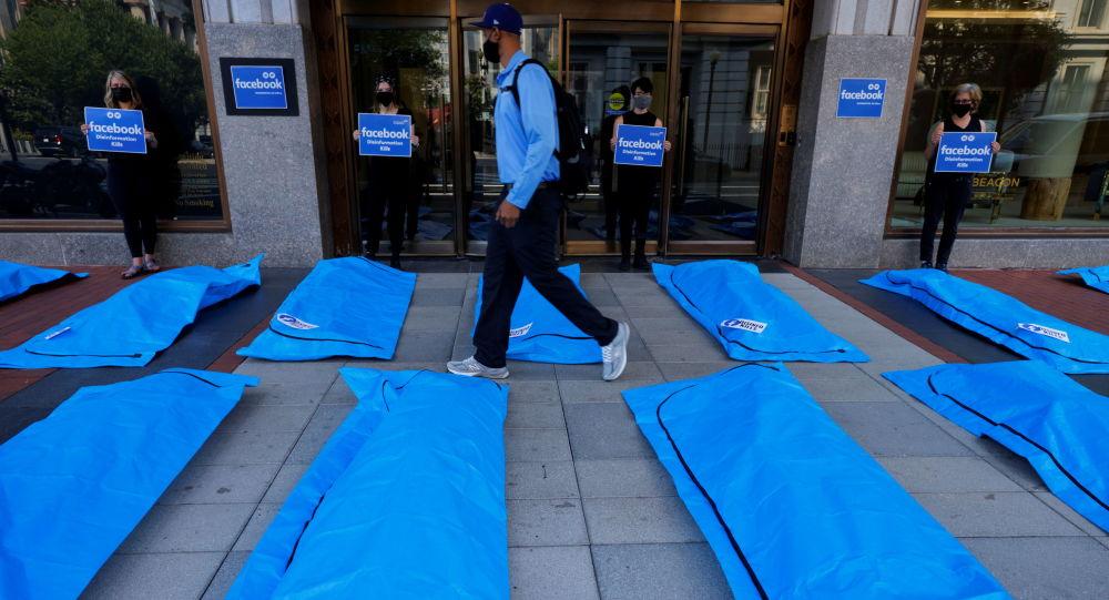 «Дезинфо убивает»: активисты кладут сумки для трупов возле штаб-квартиры Facebook в Вашингтоне, протестуя против дезинформации о вакцинах