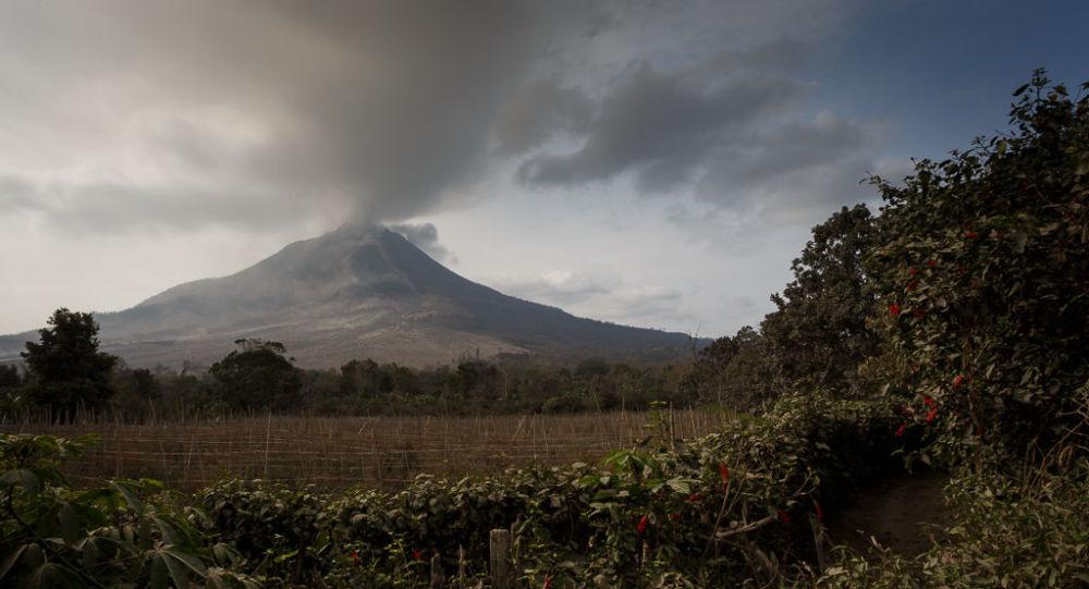 Индонезийский вулкан Синабунг снова извергается, извергая титанический столб горячего пепла