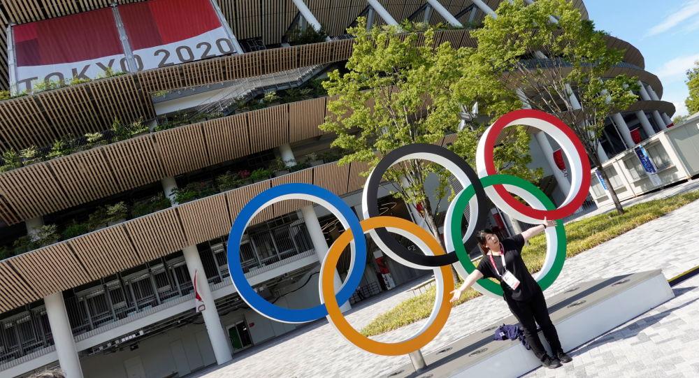Демонстранты собрались возле теннисного парка Ариаке в знак протеста против Олимпийских игр в Токио