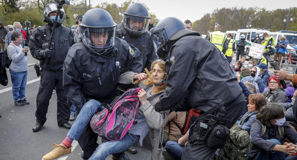 Около 600 человек задержаны во время протестов против изоляции в Берлине — полиция