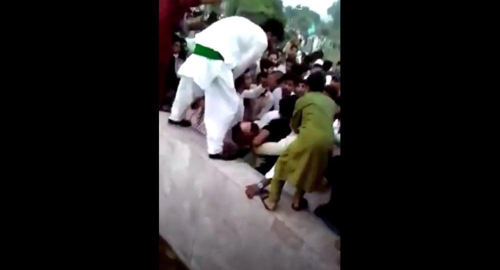 Пакистанская женщина говорит, что толпа из сотен мужчин нащупала ее во время празднования Дня независимости