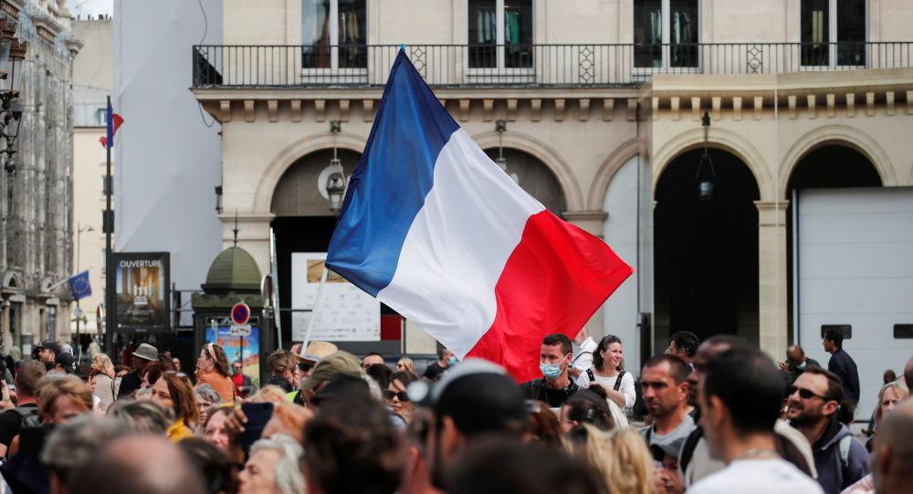 В Париже прошли массовые акции протеста против карантина и пропуска коронавируса