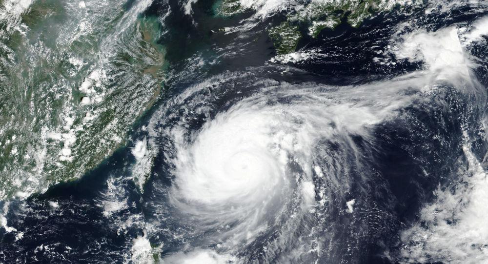 В сообщениях говорится, что Япония отменяет более 90 рейсов на юг и юго-запад из-за тайфуна «Лупит»