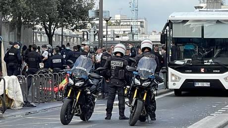 200 офицеров освободили от наркоманов из квартала Парижа, министр ожидает предложений о переселении
