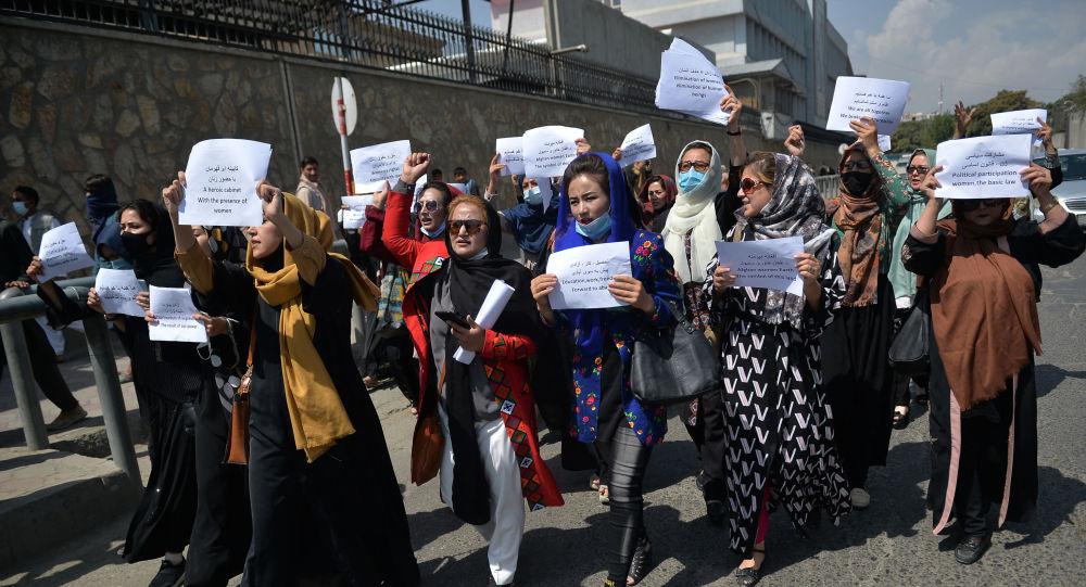 Активистки протестуют в Кабуле, требуя уважения прав женщин при правлении Талибана — Фото