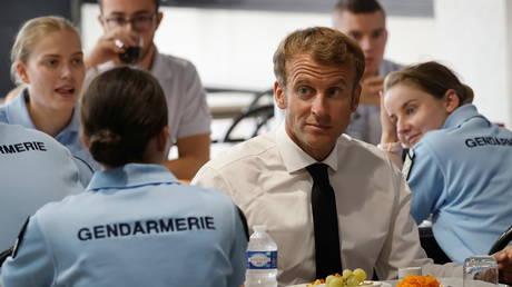 Французский Макрон требует наличия надзорного органа за действиями полиции и клянется удвоить присутствие правоохранительных органов на публике
