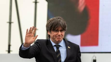 Лидер независимости Каталонии Пучдемон освобожден итальянской полицией, но должен остаться на Сардинии на субботние слушания