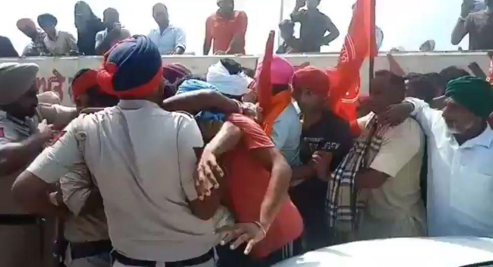 Массовое столкновение вспыхивает в индийском Пенджабе, когда фермеры останавливают митинг политика Сухбира Бадала