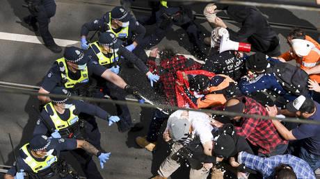 Мельбурн, потрясенный протестами против ограничений Covid-19, установил новый мировой рекорд по длительности изоляции