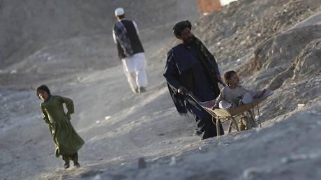 Посланник ООН предупреждает, что замораживание активов Афганистана и фонды помощи могут «ввергнуть миллионы в нищету» и спровоцировать «массовый» кризис с беженцами
