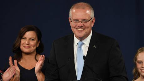 Премьер-министр Австралии раскритиковал за то, что прилетел навестить детей в День отца, в то время как более половины отцов страны остались взаперти — RT World News