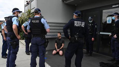 Столкновение австралийской полиции с демонстрантами из-за неспособности подавить инакомыслие подавляющей силой, угроза арестов