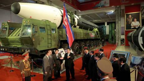 Ким Чен Ын рекламирует «непобедимые» северокорейские силы на выставке вооружений в Пхеньяне, осуждает враждебную политику США и военные игры с Сеулом