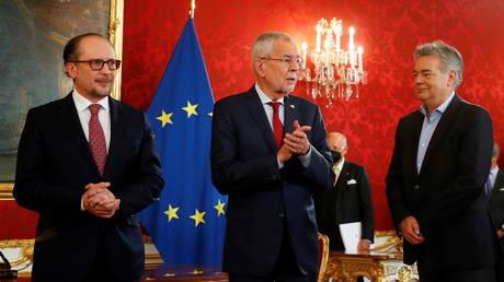 Министр иностранных дел Австрии Александр Шалленберг принял присягу канцлера после того, как Курц ушел в отставку на фоне обвинений в коррупции