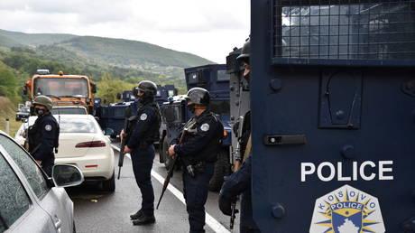 Несколько человек получили ранения в результате столкновения косовской полиции с сербской толпой вокруг Митровицы на фоне растущей напряженности