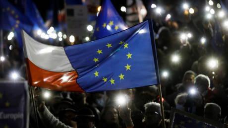 Премьер-министр Польши осудил оппозицию за распространение лжи о стремлении к ЕС «Полексит» на фоне спора о правовом превосходстве Варшавы