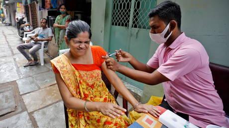 В Индии отмечается знаковый 1 МИЛЛИАРД вакцинаций от Covid, но миллионы людей еще не получили первую дозу