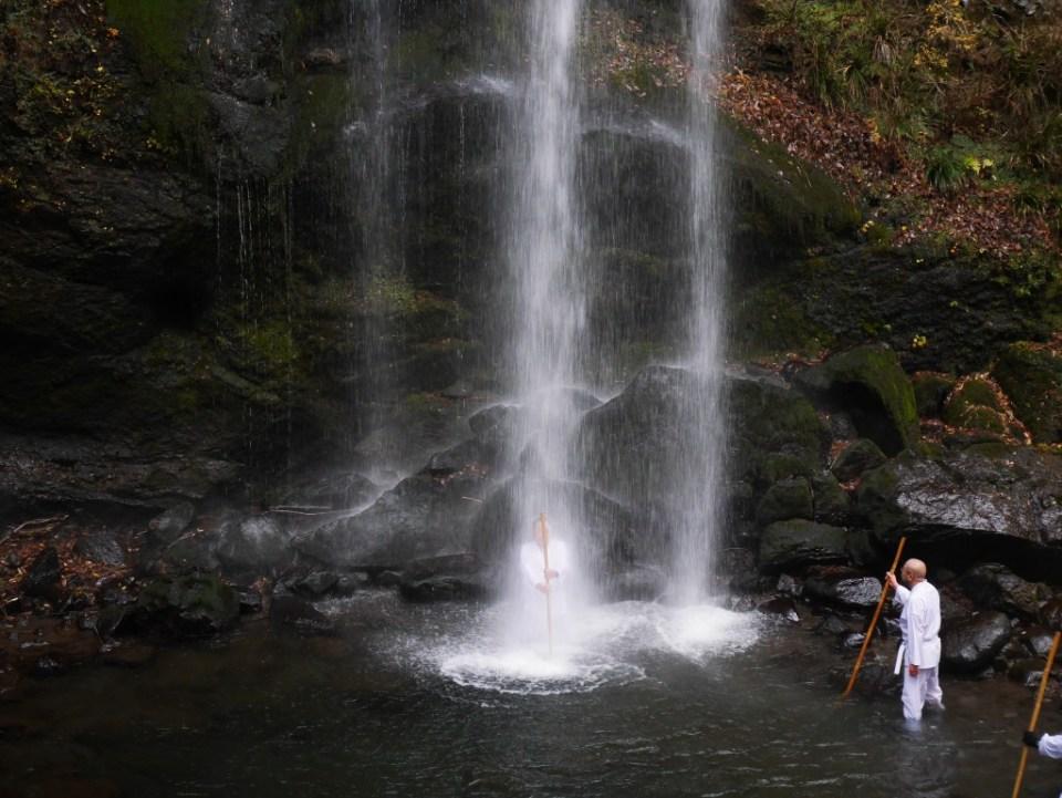 Disciple Shinto sous la cascade Yuhi