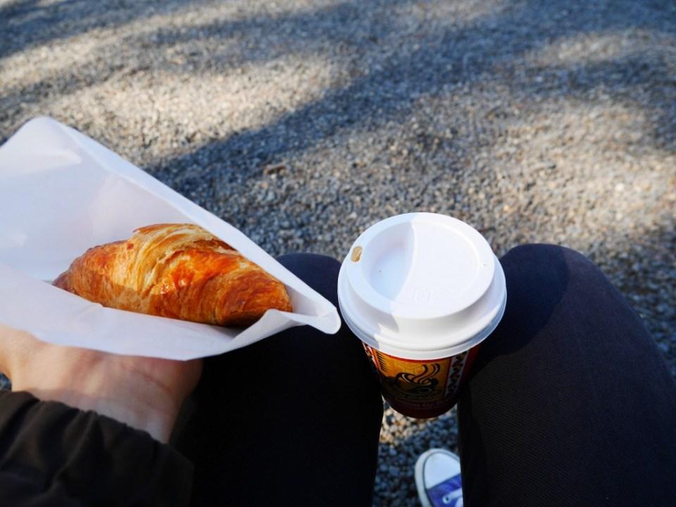 Mon croissant et un cappuccino caramel