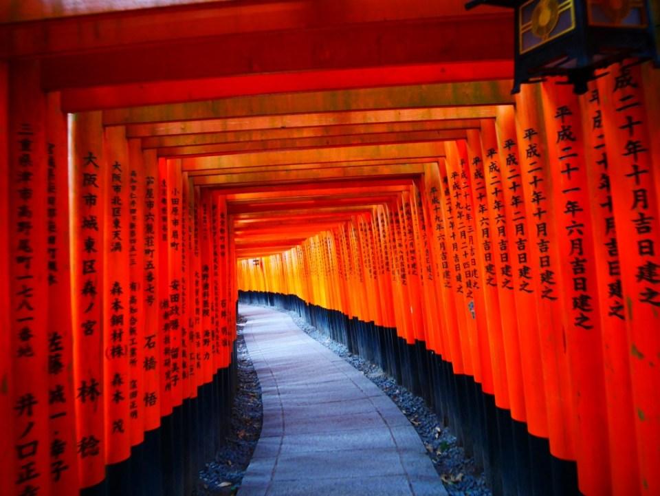 Sur les torii sont inscrits les noms des donateurs