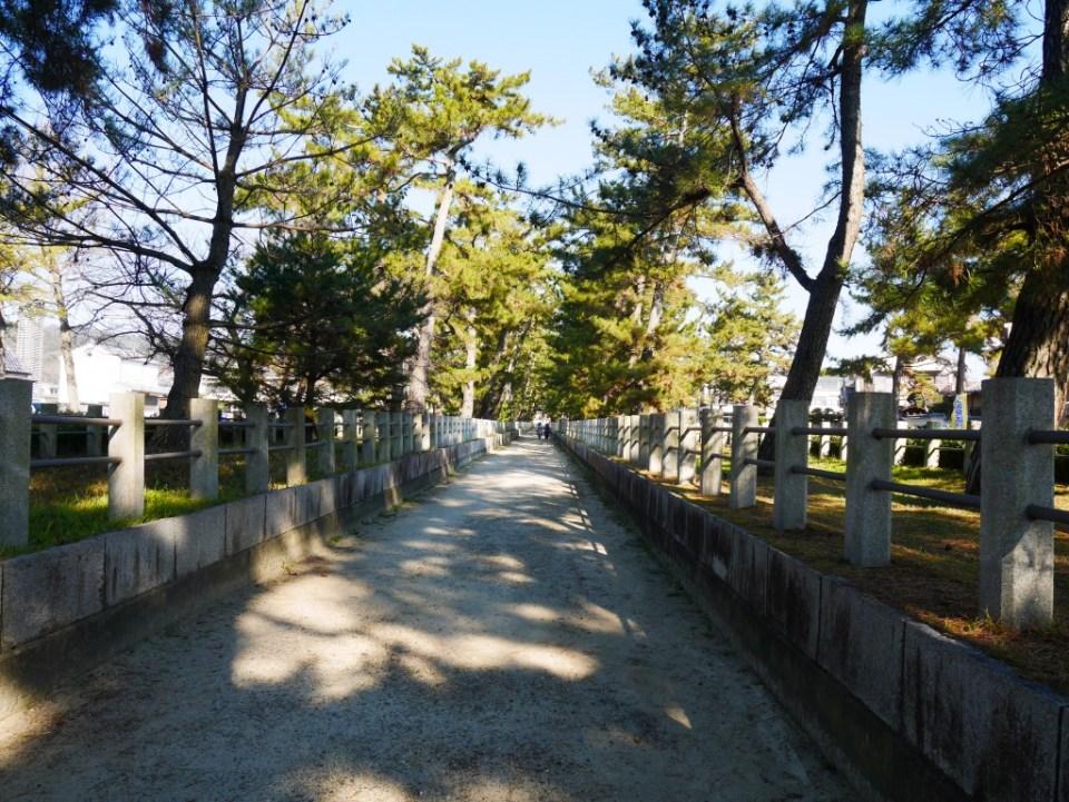 Avant d'entrer au Horyuji
