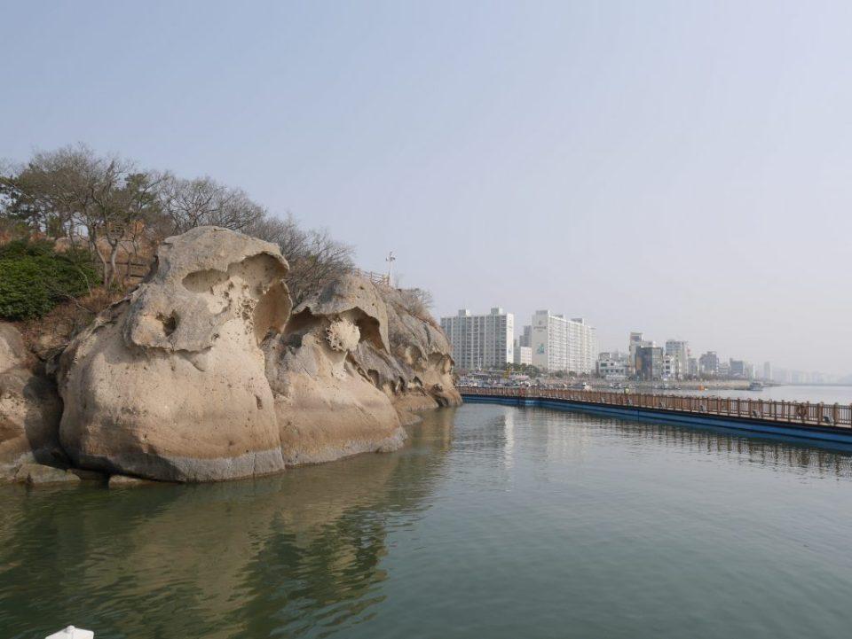 Rochers de Gatbawi. Selon la légende, ces rochers seraient le père et le fils, coiffés d'un chapeau de bambou
