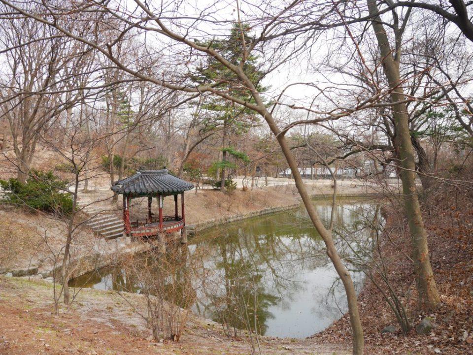 Le jardin secret du palais et son étang à la forme de la Corée