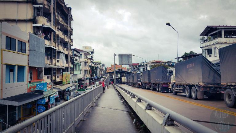 Le pont-frontière entre la Thaïlande et le Myanmar, où les camions sont à l'arrêt