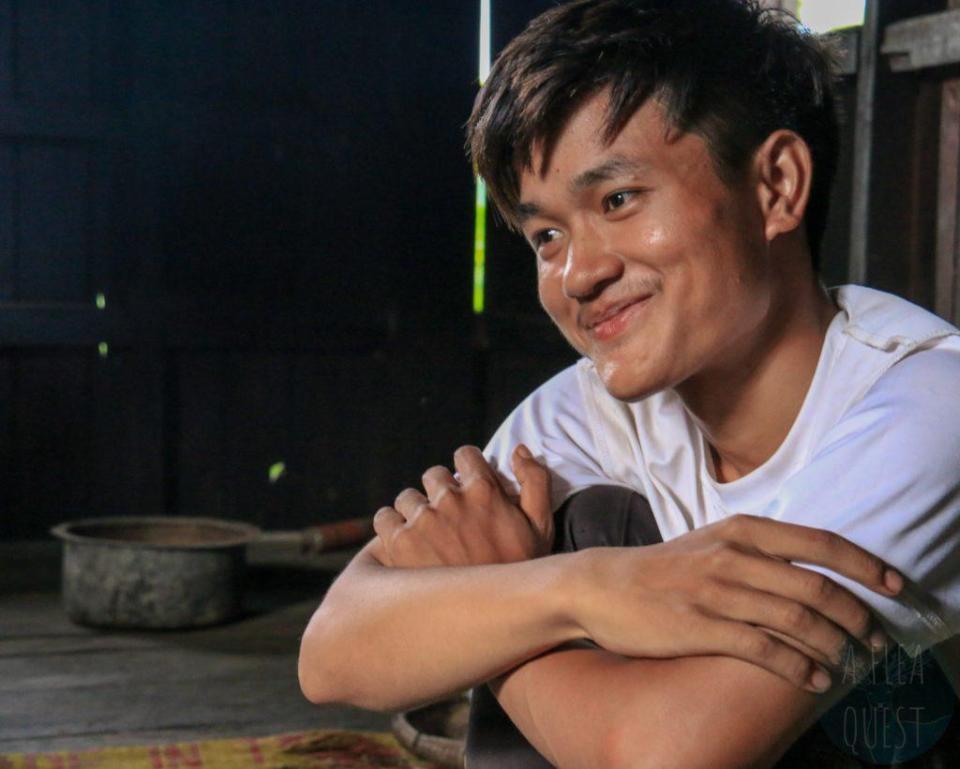 Aung attendri par un enfant qui se donne en spectacle
