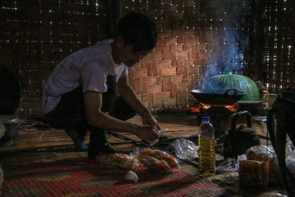 Aung qui nous prépare notre déjeuner, avec interdiction de l'aider... - © dMb 2020