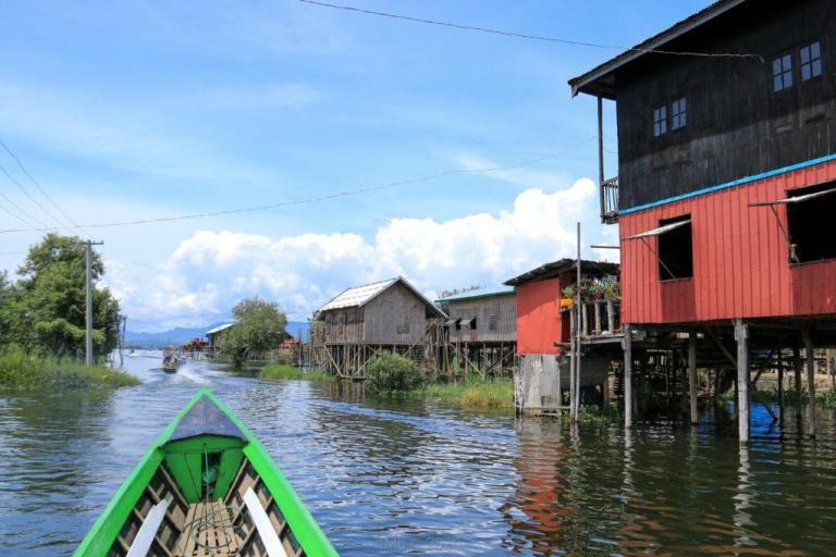 Notre barque en route avec nos vélos sur le lac - © dMb 2020