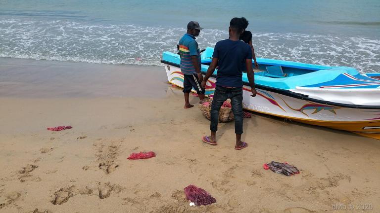 Pêcheurs revenant tout juste, laissant leurs sacs plastiques à même le sol, certains se faisant emporter par les vagues. Prise par Dante. © dMb 2020