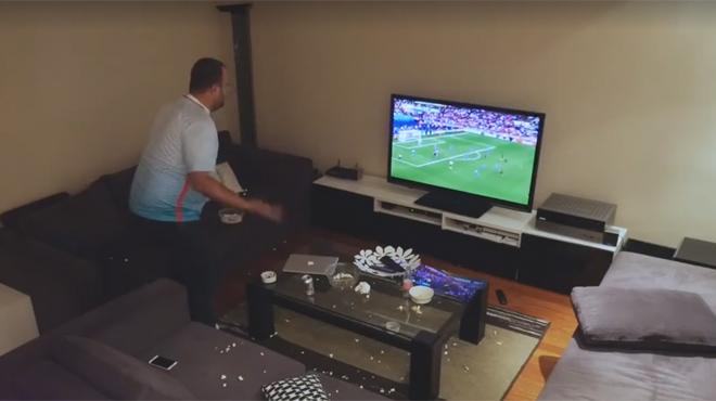 Sa femme contrôle la télé à distance pendant un match de l'Euro, il devient FOU! (vidéo)