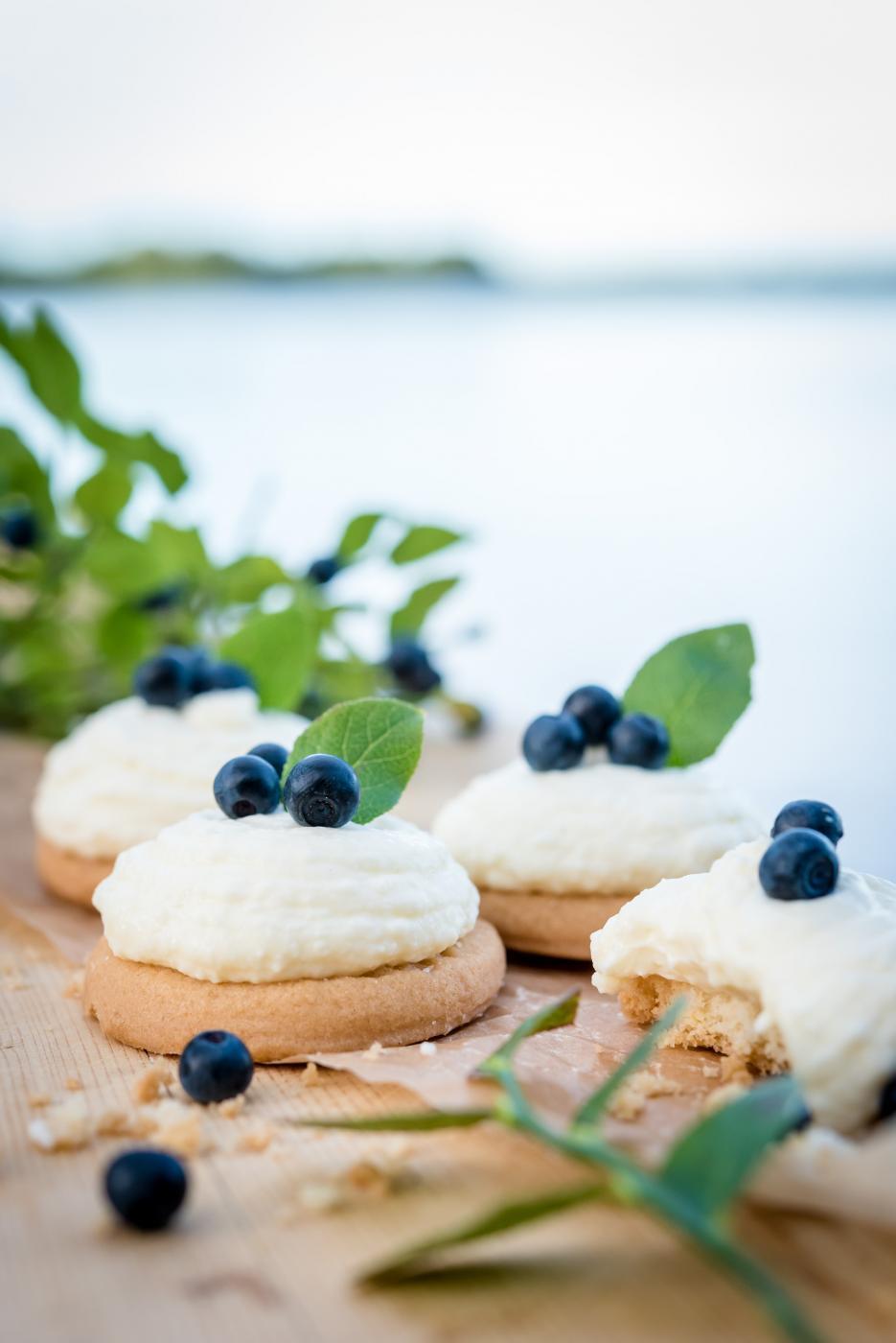 Valkosuklaa-mascarponemousse täytteiset leivokset
