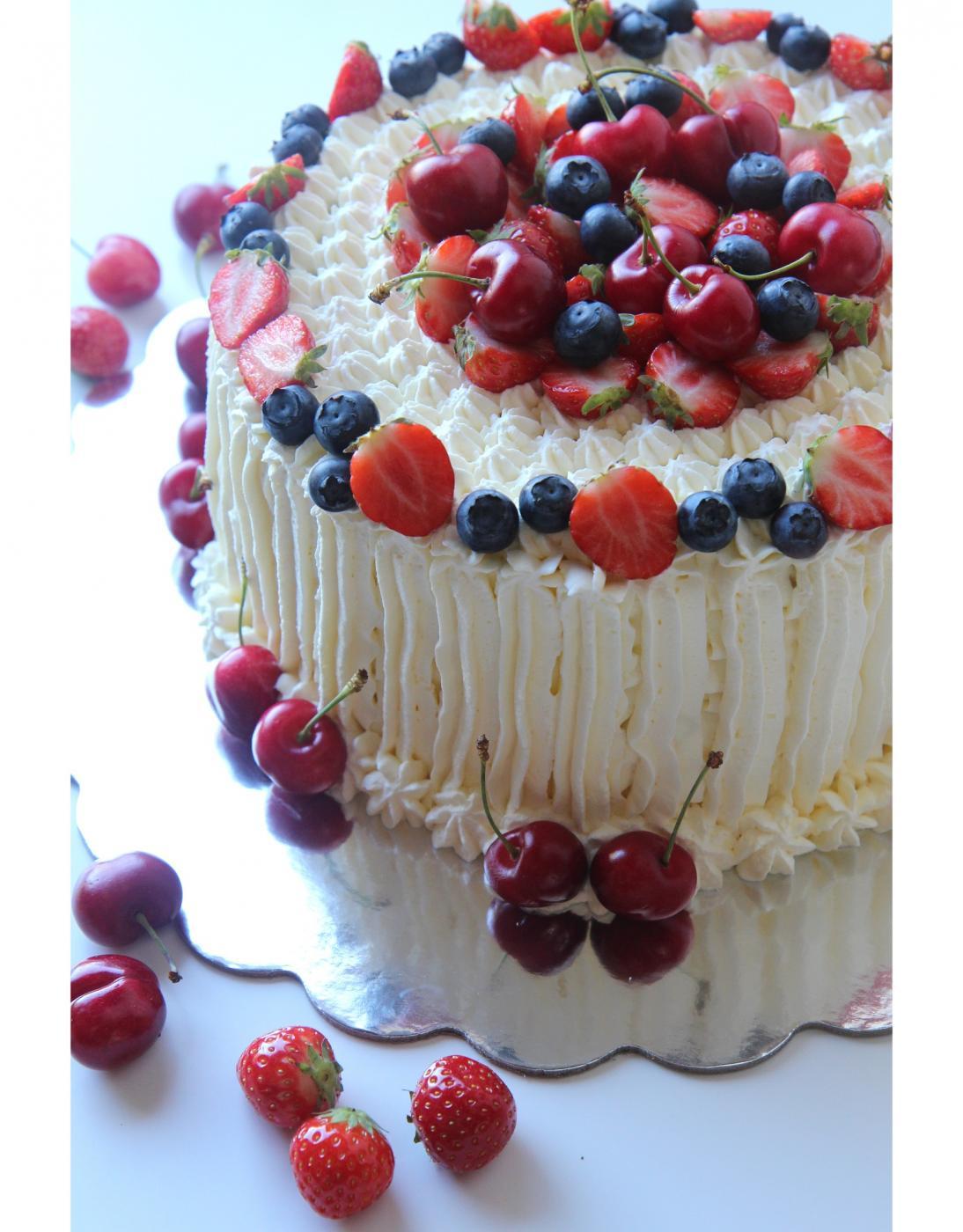Marjat kakun koristeena