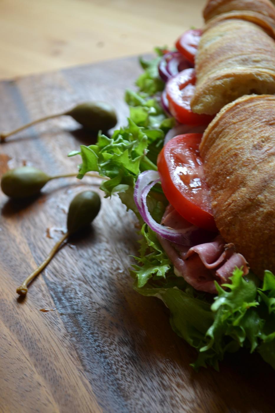 Pastramilla täytetty lounasleipä