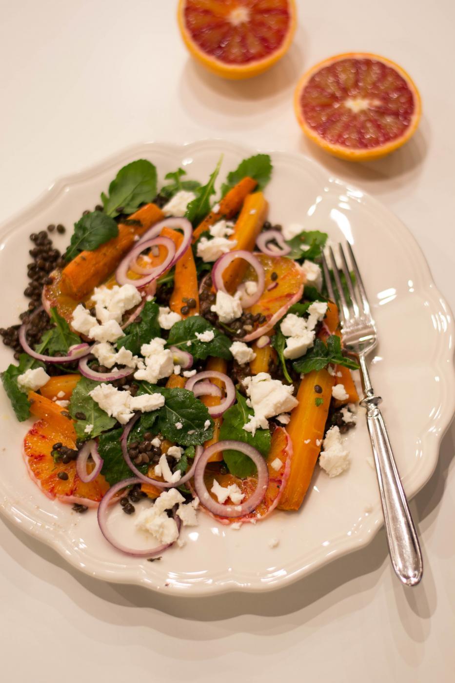 Kuuluisat paahdetut porkkanat salaatissa veriappelsiinien kera