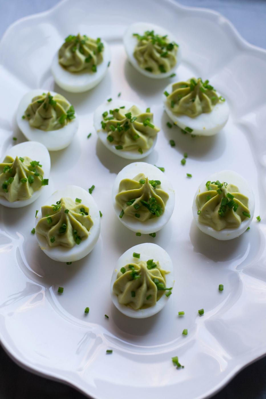 Pääsiäisen alkupalat: täytetyt munanpuolikkat avokado-wasabitäytteellä