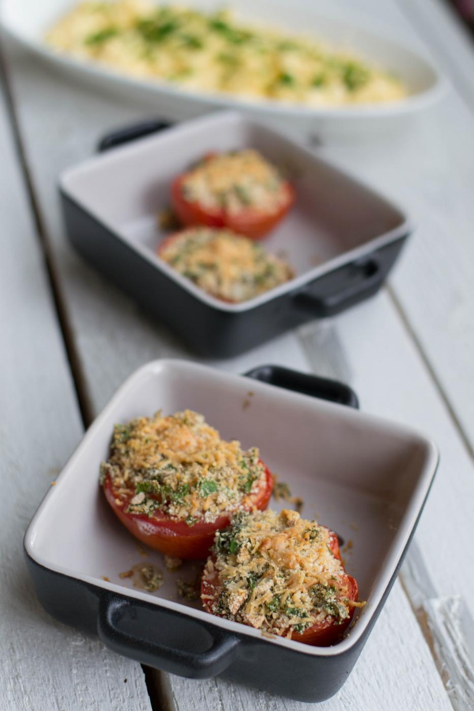 Viikonlopun hitaat aamut: Täytetyt tomaatit ja parmesan-munakokkeli